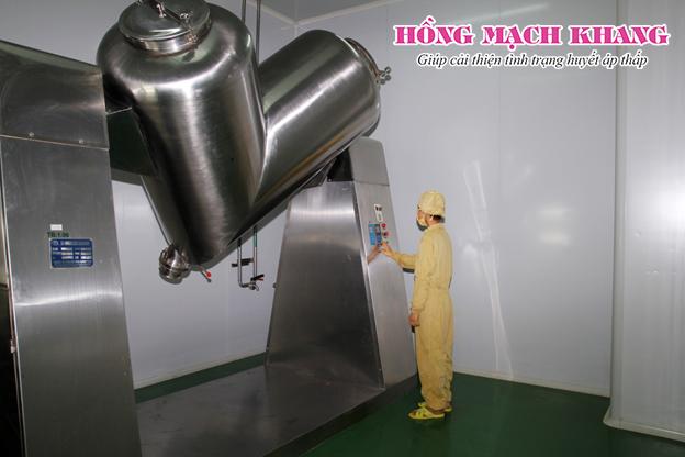 Máy trộn chữ V tự động trong bào chế sản phẩm Hồng Mạch Khang